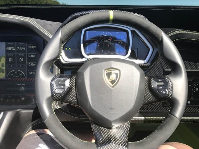 Cặp đôi Lamborghini Aventador SV Roadster và xuồng cao tốc tông xuyệt tông trị giá 50 tỷ Đồng - Ảnh 7.