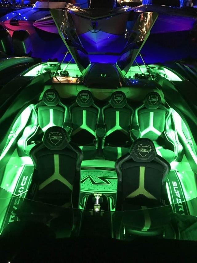 Cặp đôi Lamborghini Aventador SV Roadster và xuồng cao tốc tông xuyệt tông trị giá 50 tỷ Đồng - Ảnh 10.