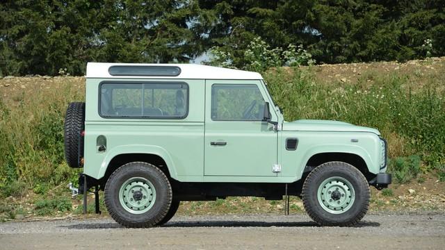Mr. Bean bán Land Rover Defender phiên bản cuối cùng, giống xe ở Việt Nam - Ảnh 1.