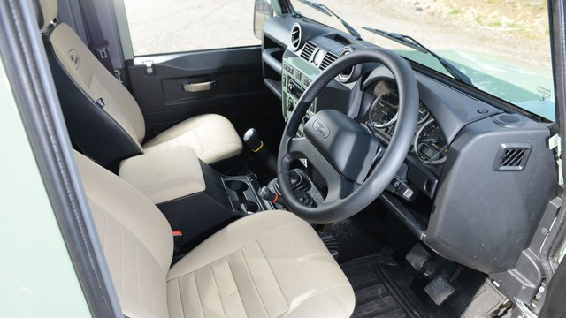 Mr. Bean bán Land Rover Defender phiên bản cuối cùng, giống xe ở Việt Nam - Ảnh 3.