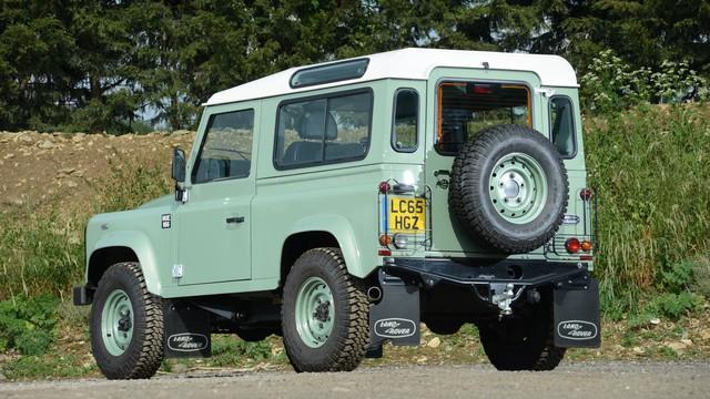 Mr. Bean bán Land Rover Defender phiên bản cuối cùng, giống xe ở Việt Nam - Ảnh 4.