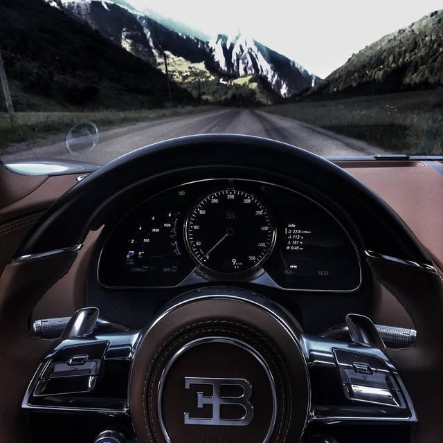 Mr. Chọc ngoáy Jeremy Clarkson lái siêu xe Bugatti Chiron đưa bạn gái đi chơi - Ảnh 3.