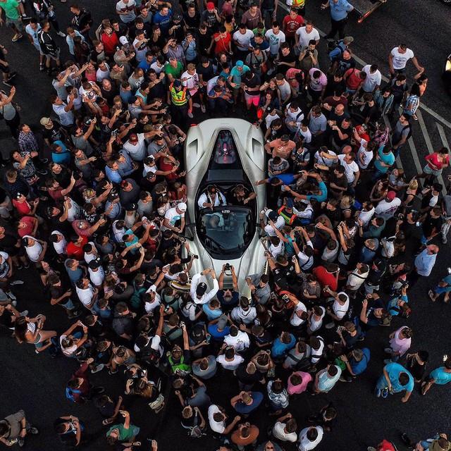 Hàng trăm người đứng xem tay lái thử Ferrari chuyên nghiệp phá lốp LaFerrari Aperta - Ảnh 5.