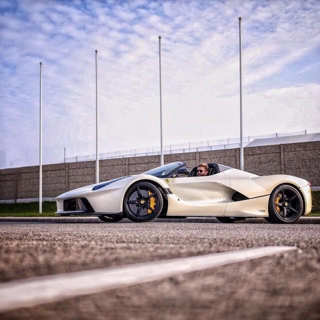 Hàng trăm người đứng xem tay lái thử Ferrari chuyên nghiệp phá lốp LaFerrari Aperta - Ảnh 7.