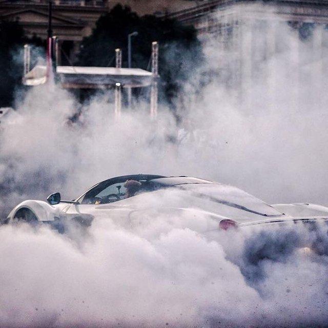 Hàng trăm người đứng xem tay lái thử Ferrari chuyên nghiệp phá lốp LaFerrari Aperta - Ảnh 4.