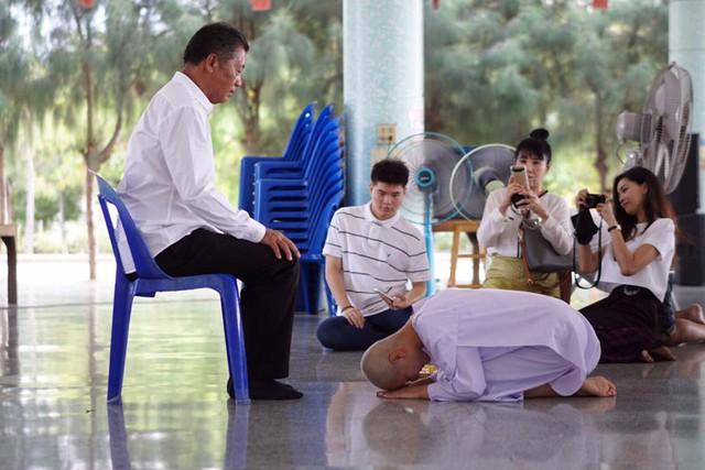 Người mẫu ô tô đình đám bậc nhất Thái Lan bất ngờ xuống tóc đi tu - Ảnh 6.