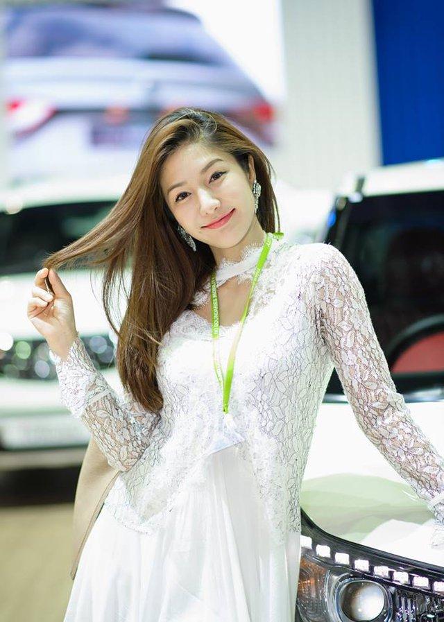 Người mẫu ô tô đình đám bậc nhất Thái Lan bất ngờ xuống tóc đi tu - Ảnh 8.