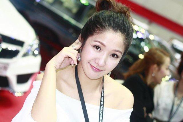 Người mẫu ô tô đình đám bậc nhất Thái Lan bất ngờ xuống tóc đi tu - Ảnh 11.