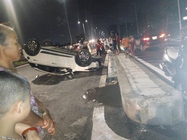 Hà Nội: Hyundai i20 Active ngửa bụng trong đêm, một gia đình thoát chết - Ảnh 1.