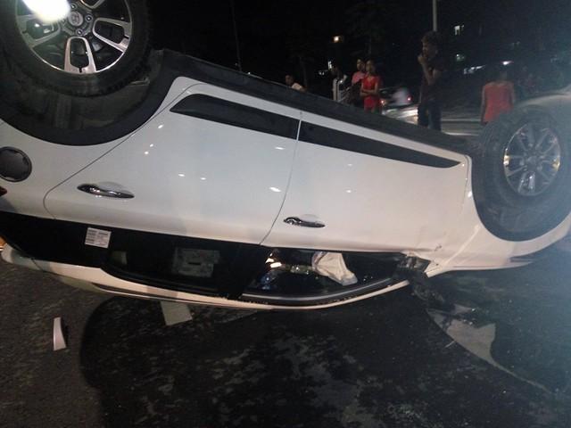 Hà Nội: Hyundai i20 Active ngửa bụng trong đêm, một gia đình thoát chết - Ảnh 2.