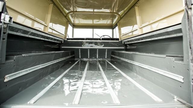 Làm quen với chiếc Land Rover dùng bánh xích như xe tăng, có thể đi trên mọi địa hình - Ảnh 11.