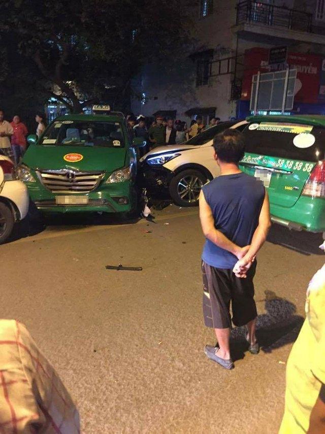 Video khoảnh khắc Hyundai Santa Fe gây tai nạn liên hoàn cho 12 xe tại Sài Gòn - Ảnh 3.