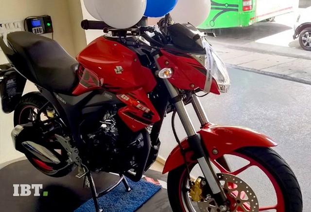 Xe côn tay Suzuki Gixxer 2017 với vành hợp kim 2 màu xuất hiện tại đại lý - Ảnh 1.