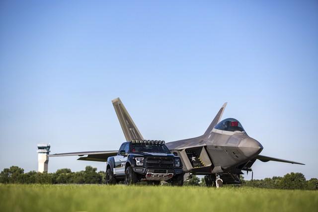 Ford F-150 Raptor mang phong cách chiến đấu cơ được bán với giá 300.000 USD - Ảnh 1.