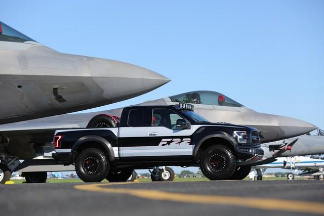 Ford F-150 Raptor mang phong cách chiến đấu cơ được bán với giá 300.000 USD - Ảnh 8.