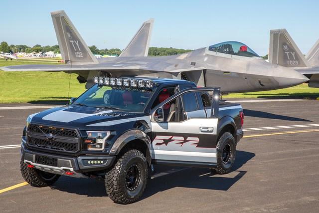 Ford F-150 Raptor mang phong cách chiến đấu cơ được bán với giá 300.000 USD - Ảnh 3.