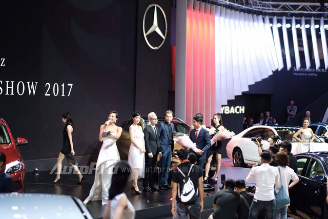 Trực tiếp: Khám phá gian hàng khủng nhất triển lãm của Mercedes-Benz, vén màn GLA bản nâng cấp và C-Class hộp số mới - Ảnh 2.