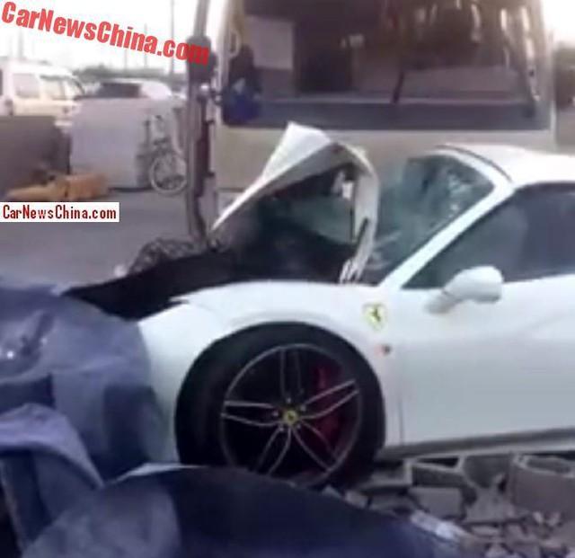 Ferrari 488 Spider chưa ra biển đâm sập tường rồi bị xe buýt tông tiếp - Ảnh 3.