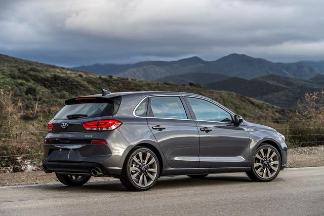 Xe gia đình với cốp siêu rộng Hyundai Elantra GT 2018 có giá tốt - Ảnh 1.
