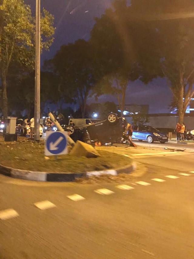 Lao sang làn đường ngược chiều và lật ngửa, ô tô khiến một người đi xe máy tử vong - Ảnh 4.