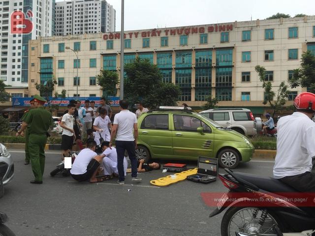 Chạy với tốc độ bàn thờ, 2 thanh niên lao xe máy vào đuôi ô tô ở hầm chui Thanh Xuân - Ảnh 2.