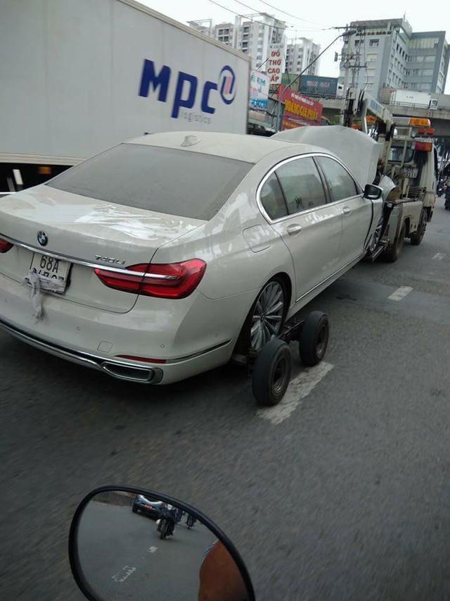 Cư dân mạng xót xa với cảnh BMW 7-Series đeo biển Kiên Giang nát đầu, phủ đầy bụi được kéo trên đường - Ảnh 1.