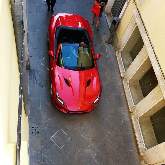 Lần đầu tiên nghe tiếng pô của siêu xe mui trần Ferrari Portofino mới - Ảnh 2.