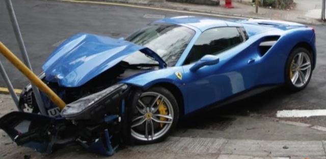 Ferrari 488 Spider húc đổ cột biển báo trong tai nạn tốc độ cao, tài xế khai tránh chó chạy qua đường - Ảnh 4.