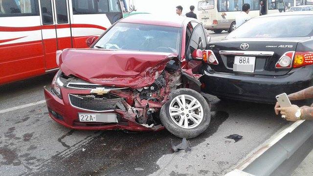 Chạy lấn làn trên cầu Thăng Long, Chevrolet Cruze đâm nát đầu, bung túi khí Toyota Corolla Altis - Ảnh 2.