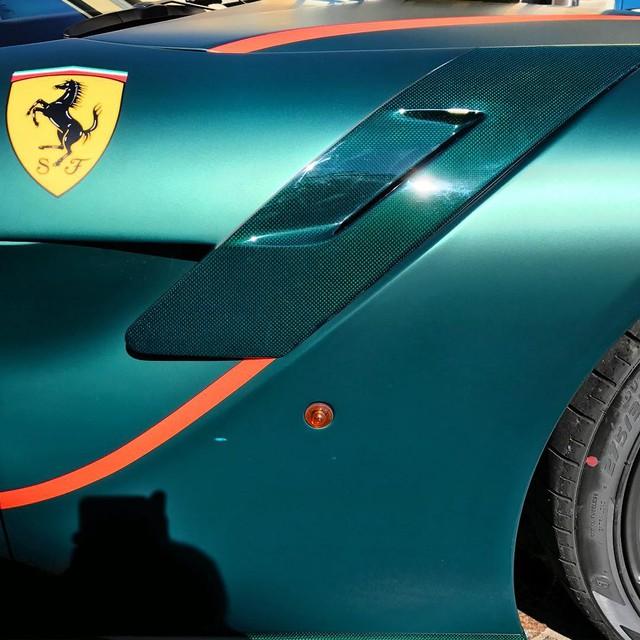 Siêu xe Ferrari F12tdf đặt riêng của thánh cuồng màu xanh lộ diện - Ảnh 3.