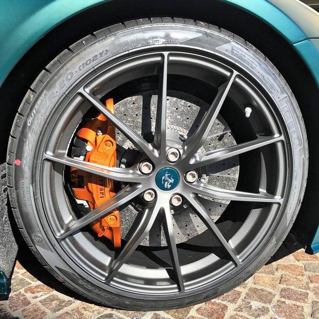 Siêu xe Ferrari F12tdf đặt riêng của thánh cuồng màu xanh lộ diện - Ảnh 4.