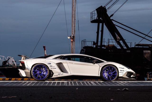 Gói độ thân rộng của Liberty Walk đưa Lamborghini Aventador SV lên một tầm cao mới - Ảnh 4.