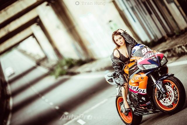 Cô nàng lả lơi bên Honda CBR600 - Ảnh 2.