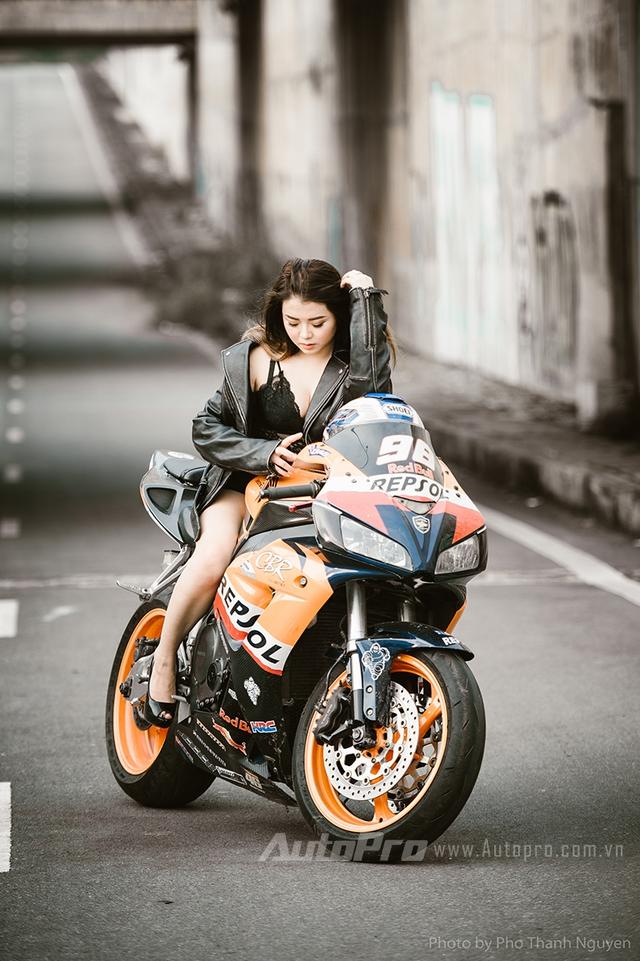 Cô nàng lả lơi bên Honda CBR600 - Ảnh 3.