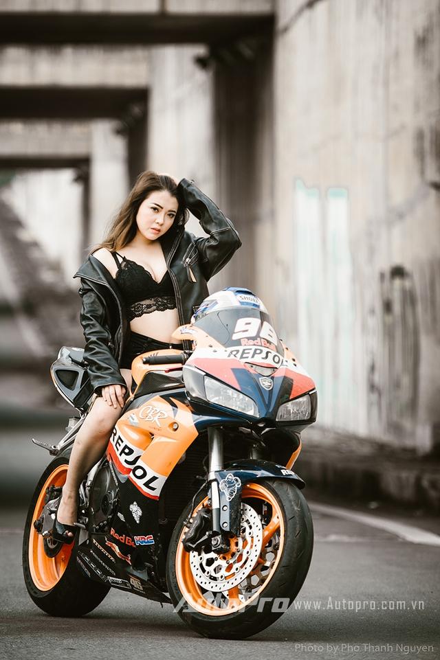 Cô nàng lả lơi bên Honda CBR600 - Ảnh 4.