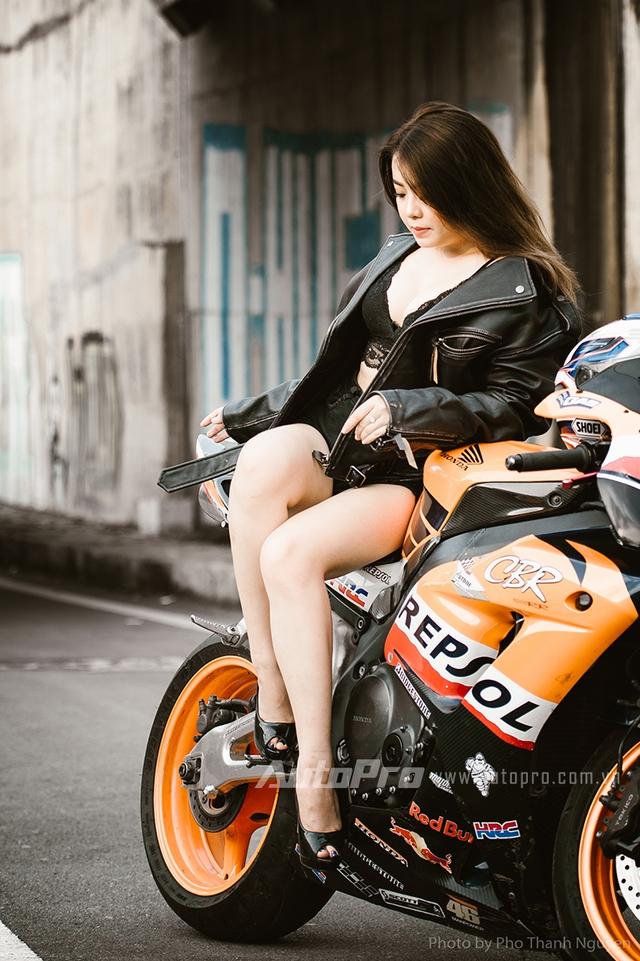 Cô nàng lả lơi bên Honda CBR600 - Ảnh 7.