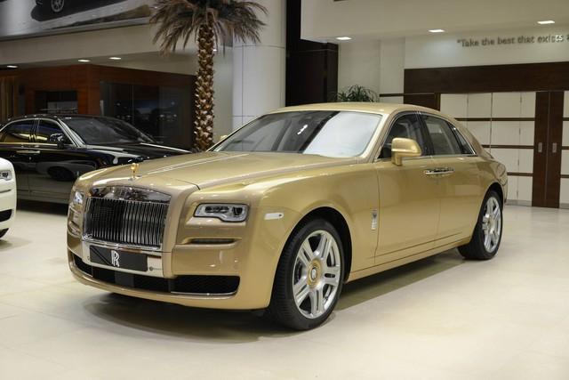 Cận cảnh xe siêu sang Rolls-Royce Ghost mang cảm hứng ốc đảo trên sa mạc - Ảnh 1.