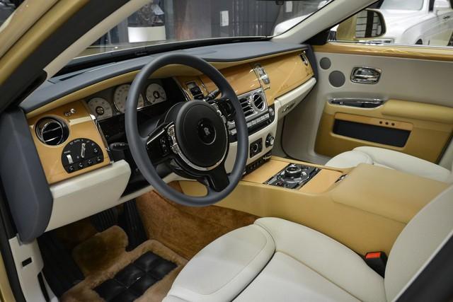 Cận cảnh xe siêu sang Rolls-Royce Ghost mang cảm hứng ốc đảo trên sa mạc - Ảnh 8.