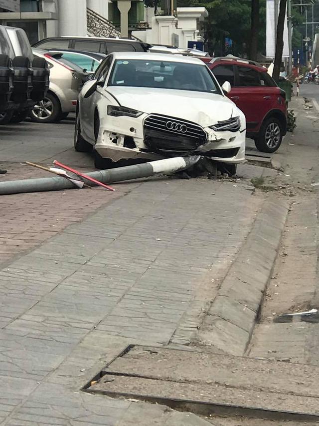 Video Audi A6 lao lên vỉa hè, đâm trúng 1 thanh niên và hạ gục cột đèn tại Hà Nội - Ảnh 5.