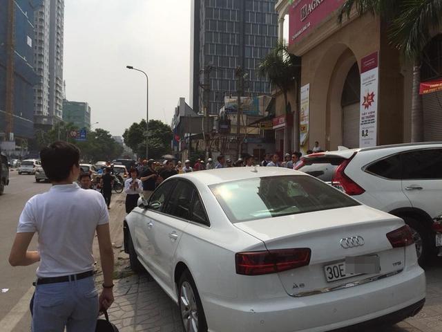 Video Audi A6 lao lên vỉa hè, đâm trúng 1 thanh niên và hạ gục cột đèn tại Hà Nội - Ảnh 6.