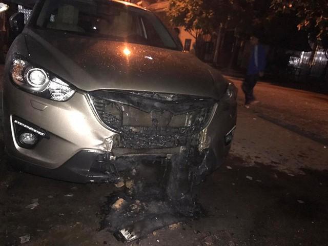 Quảng Ninh: Đỗ trên viên than tổ ong, Mazda CX-5 bị cháy gầm và đầu xe - Ảnh 1.