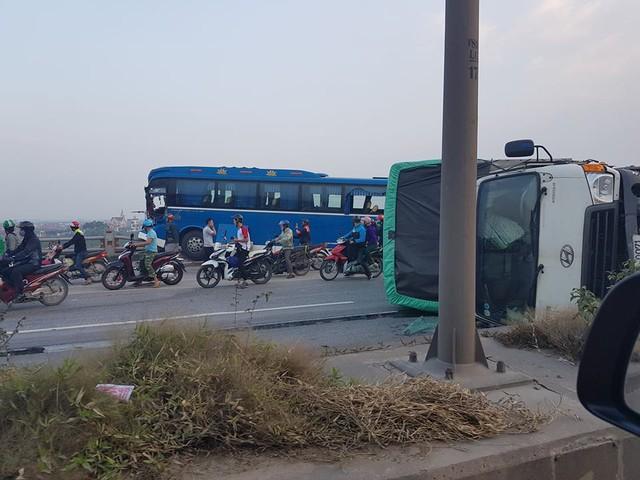 Xe khách nằm chênh vênh trên cầu Thanh Trì, suýt rơi xuống sông Hồng khiến hàng chục người hoảng loạn - Ảnh 1.