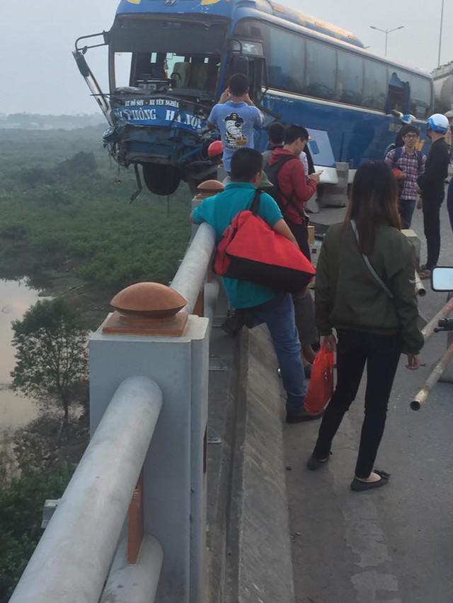 Xe khách nằm chênh vênh trên cầu Thanh Trì, suýt rơi xuống sông Hồng khiến hàng chục người hoảng loạn - Ảnh 2.