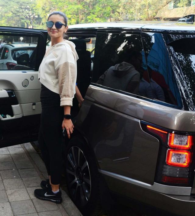 Sau cưới, sao Bollywood đổi gu sang xe thực dụng - Ảnh 3.