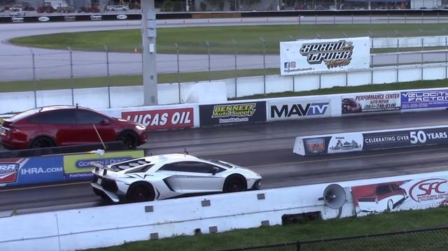"SUV điện Tesla Model X P100D cho siêu xe Lamborghini Aventador SV ""ngửi khói"""