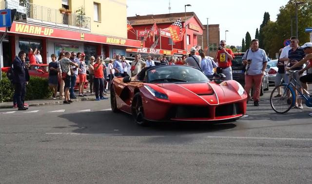 Hàng trăm du khách vây quanh hot girl cầm lái siêu xe Ferrari LaFerrari mui trần trị giá 45,5 tỷ Đồng - Ảnh 3.