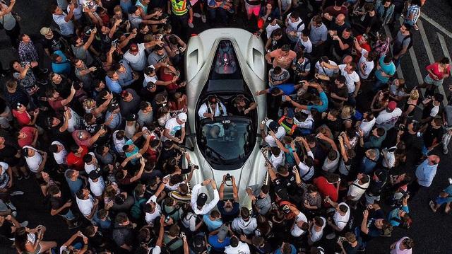 """Hàng trăm người đứng xem tay lái thử Ferrari chuyên nghiệp """"phá lốp"""" LaFerrari Aperta"""