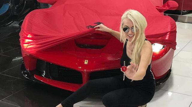 """Cô nàng tóc vàng khiến bao người """"phát hờn"""" khi được """"đập hộp"""" Ferrari LaFerrari Aperta giá 7,3 triệu USD"""