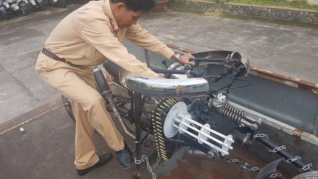 Mô tô độ kiểu xe Người Dơi bị cảnh sát giao thông Đà Nẵng thu giữ - Ảnh 2.