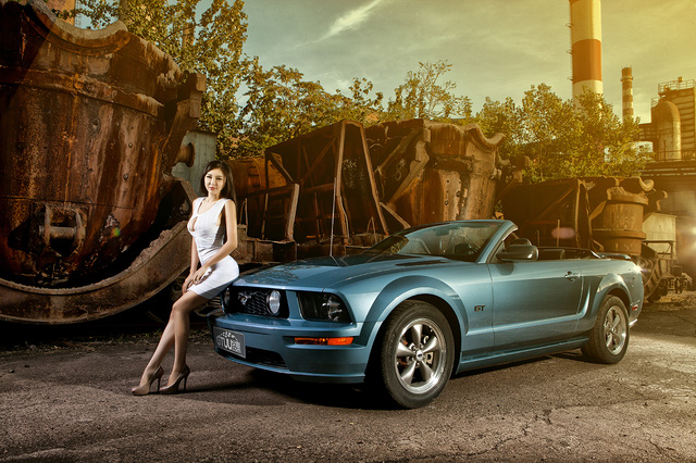 Thieu nu lap lo vong 1 cang tron ben Ford Mustang